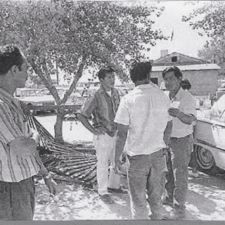 CESAR CHAVEZ GIVES LAST INSTRUCTIONS TO STRIKERS. NEXT TO HIM IS ROBERTO BUSTOS AND OTHERS.