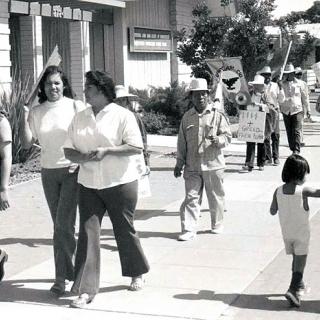 Helen Chavez & Esther Uranday UFW picket line against California Farm Bureau in Bakersfield 1972